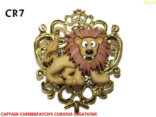 Badge / Brooch, CR07, Lion , Crest - gold / brass. (42x55mm)